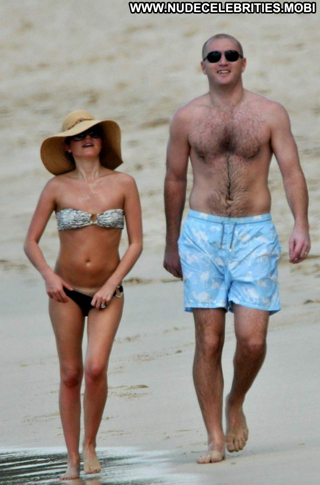 Andrea Corr No Source Posing Hot Brunette Celebrity Singer Posing Hot