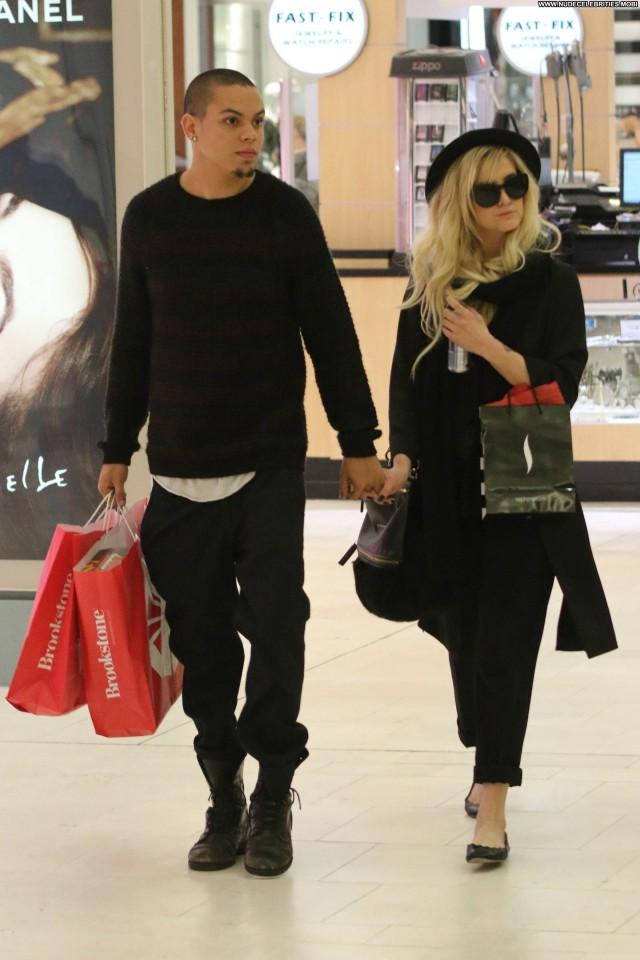 Ashley Simpson Shopping Posing Hot High Resolution Babe Celebrity