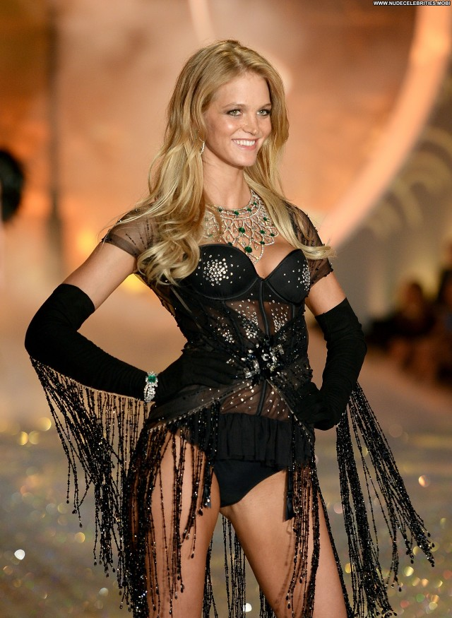 Erin Heatherton Fashion Show Posing Hot High Resolution Fashion Babe