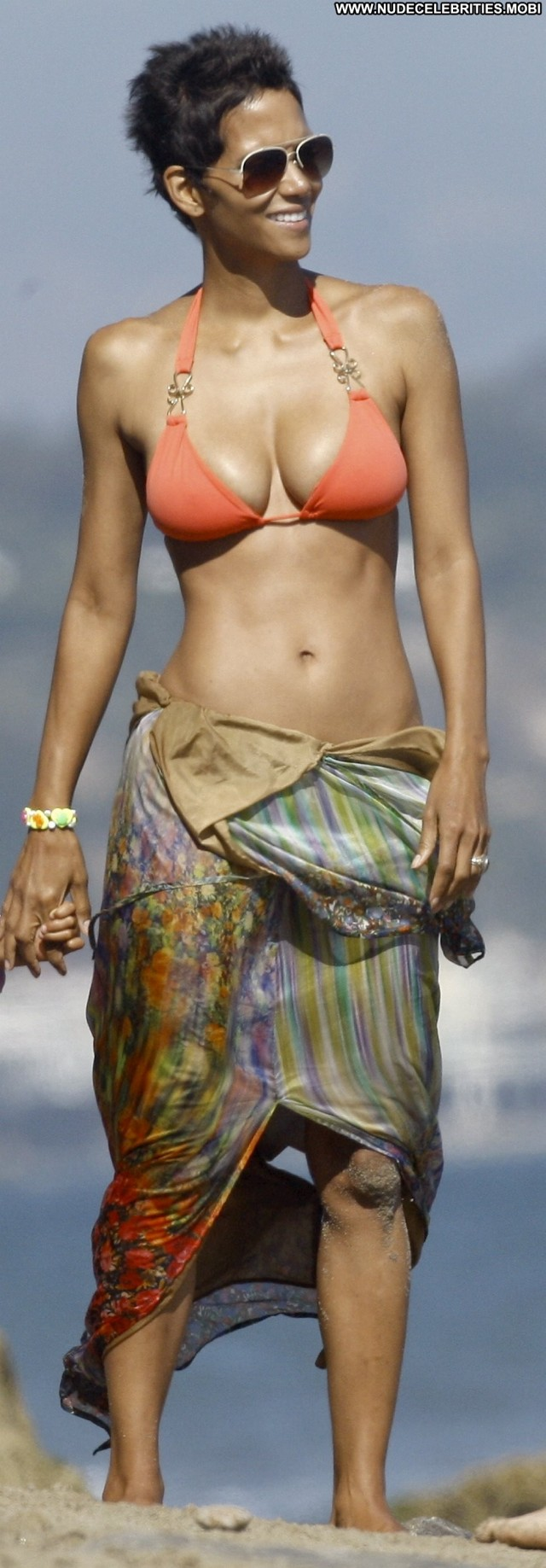 Halle Berry The Beach In Malibu Celebrity Beach High Resolution
