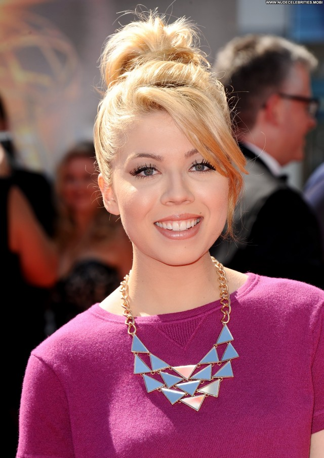 Jennette Mccurdy Los Angeles Beautiful Celebrity Babe Awards Posing