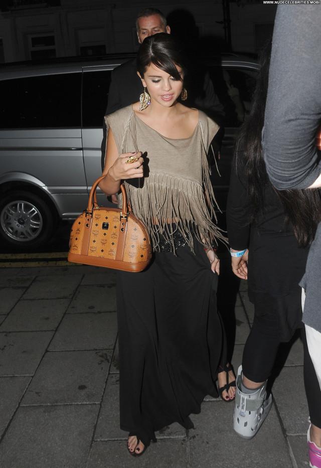 Selena Gomez No Source Posing Hot Restaurant London High Resolution