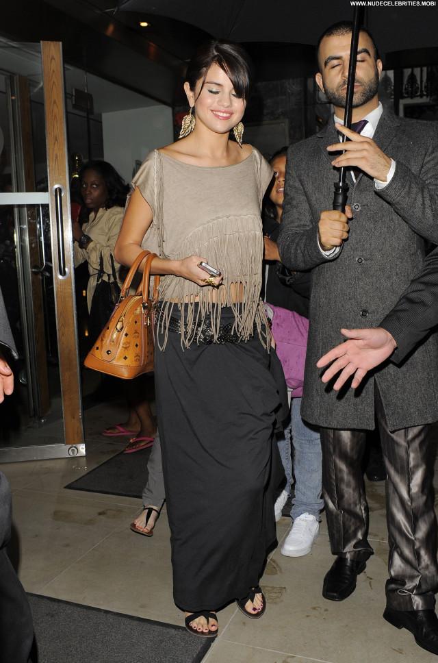 Selena Gomez Beautiful London Babe Restaurant High Resolution