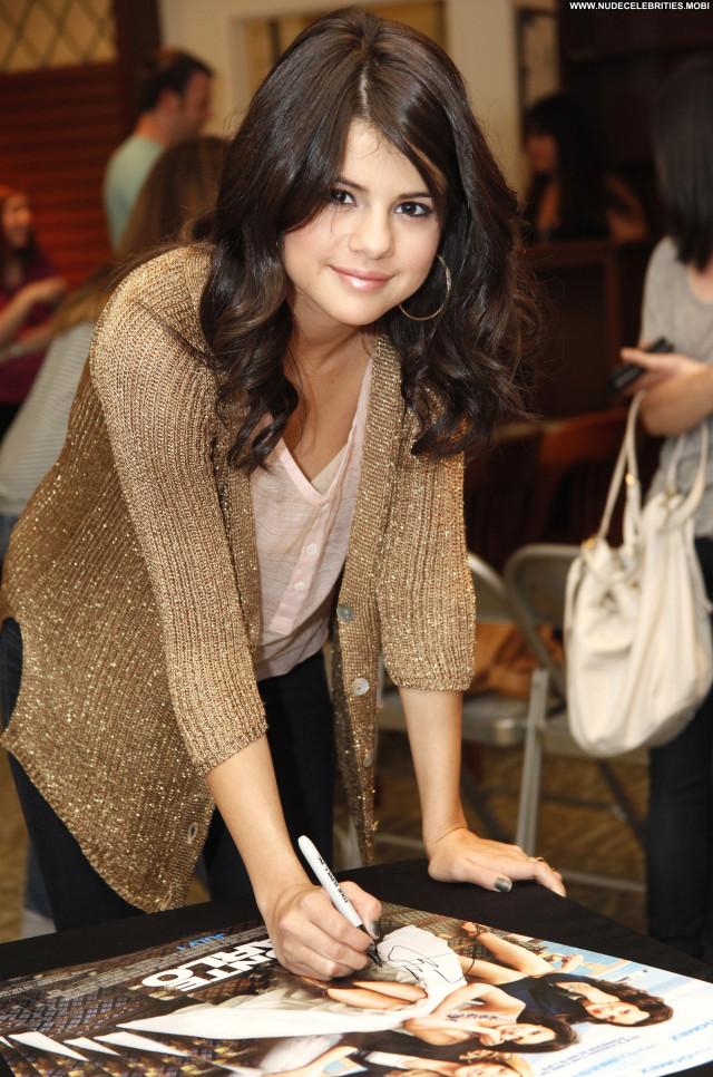 Selena Gomez The King Celebrity High Resolution Beautiful Babe Posing